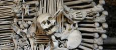 Комната и костей в церкви в Чехии - фото