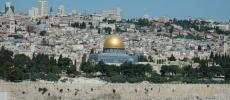 золотой купол - Мечеть Аль Якс, и шпиль храма Гроба Господня