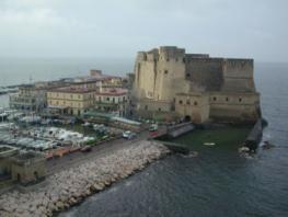 Кастель-дель-Ово - средневековая крепость на острове