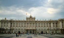 Массивный белый Королевский Дворец
