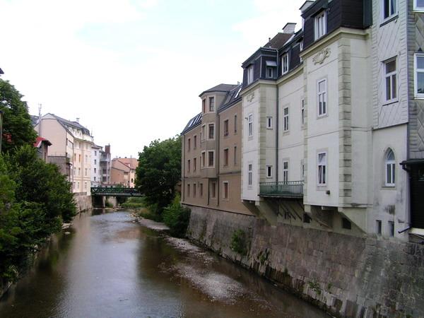 Канал, проходящий через город