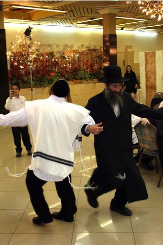Национальные костюмы в Израиле женщин и мужчин - фото