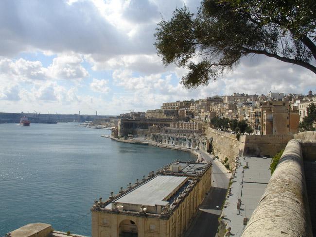 Большая гавань (Grand Harbour) Панорама южного берега Валетты. В строительстве домов на всей Мальте преобладает кубизм, это хорошо видно на фотке.