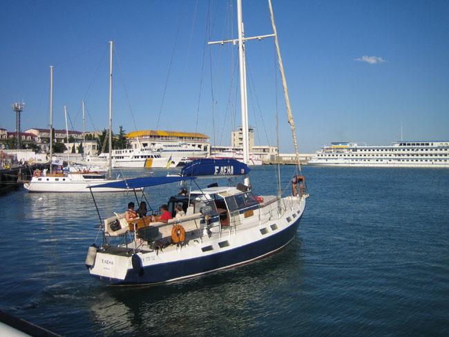 Ялта - отплывающий корабль