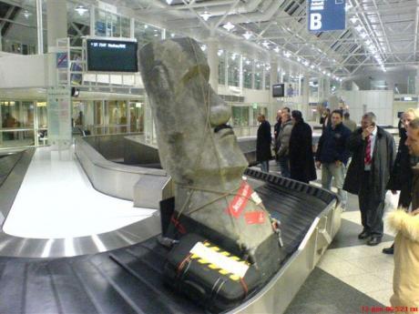 Туристы, приехавшие с острова Пасхи, встречают свой Багаж с сувенирами :)