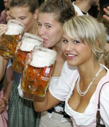 Немци и немки празднуют !!! Класс... тоже хочется на праздник пива в Германию!