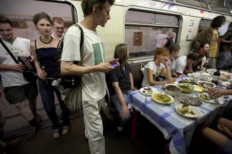 Студенческий банкет в метро :)