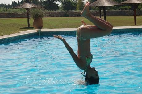 Стойка на голове в бассейне :)