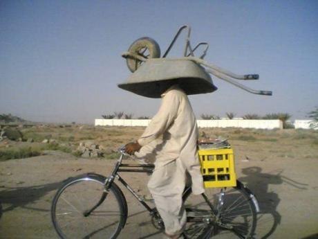 Денег у парня на шлем не хватило :)