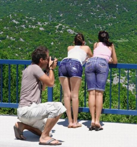Интересно, что он фотографирует :)?