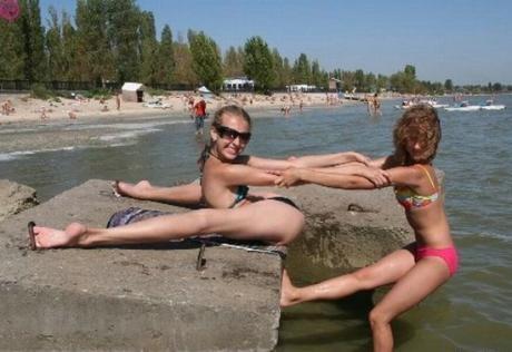 Девченки отжигают .... :) .. придумали новую позу для загара :)