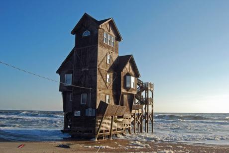 Домик на берегу моря ... в буквальном смысле :)