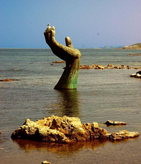 Памятник утопающему :)