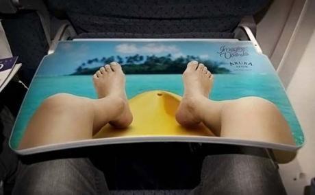 Прикольный столик в самолете :)