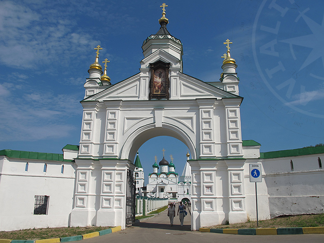 Вход - ворота Печорского монастыря