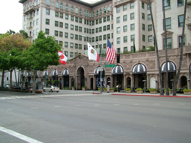 BEVERLY WILSHIRE HOTEL выход на Wilshire Boulevard (здесь происходило действие фильма