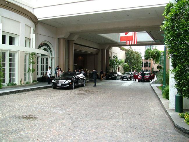 BEVERLY WILSHIRE HOTEL подъезды отеля (центральный вход  для постояльцев)