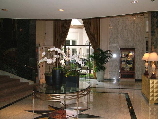 BEVERLY WILSHIRE HOTEL холл второго корпуса (в нем цветут белые орхидеи)