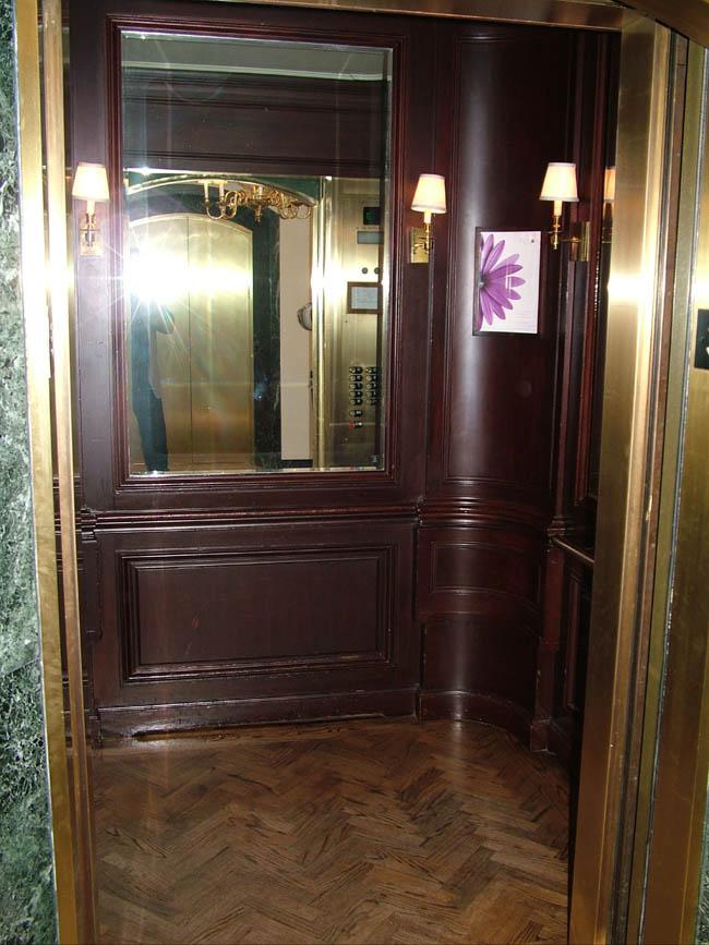 BEVERLY WILSHIRE HOTEL лифт без диванчика :) , но с паркетом!