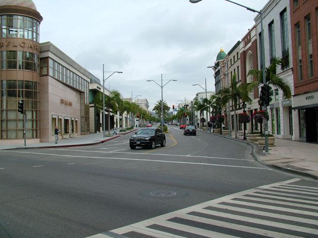 Начало улицы Rodeo Drive. На улице расположены только дорогие бутики. (Диалог из фильма