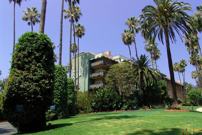 Беверли Хилс. Отель Беверли Хилс - один из самых престижных отелей в городе построен в 1912 году. Тут останавливались многие звезды кино.