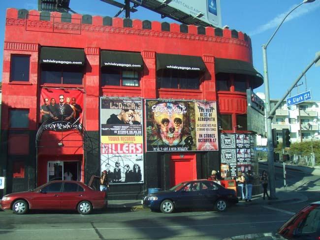 Сансет Стрип - часть Сансет Бульвара. Самая тусовочная часть Лос-Анджелеса. Один из престижных ночных клубов (на вид - сарай сараем :))