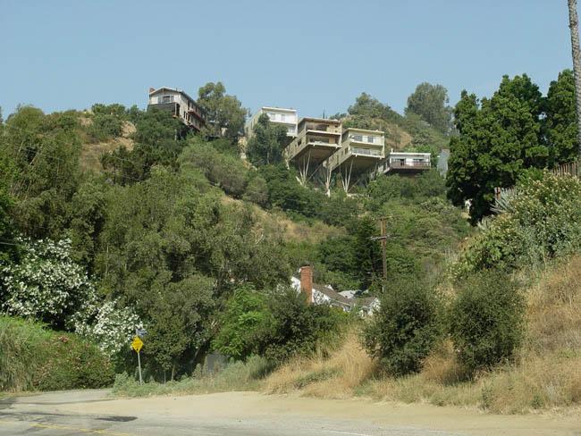 Малхолланд Драйв - улица на гребне голливудских холмов. Дома на холмах.