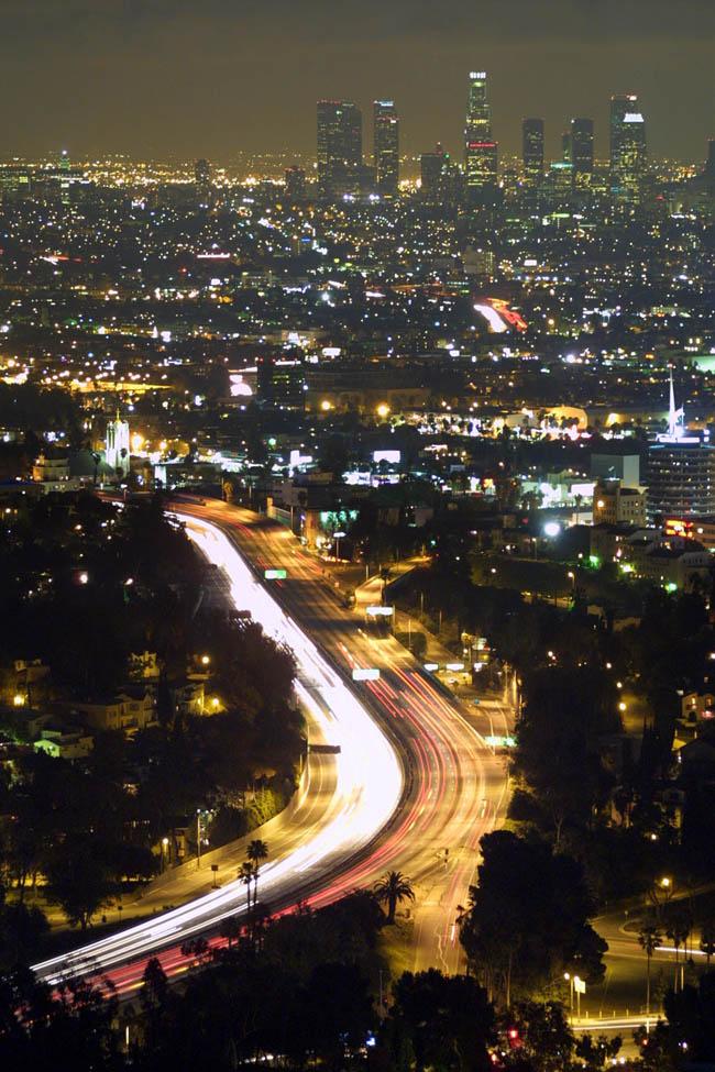 Вид на ночной Лос Анджелес с улицы Малхолланд Драйв .