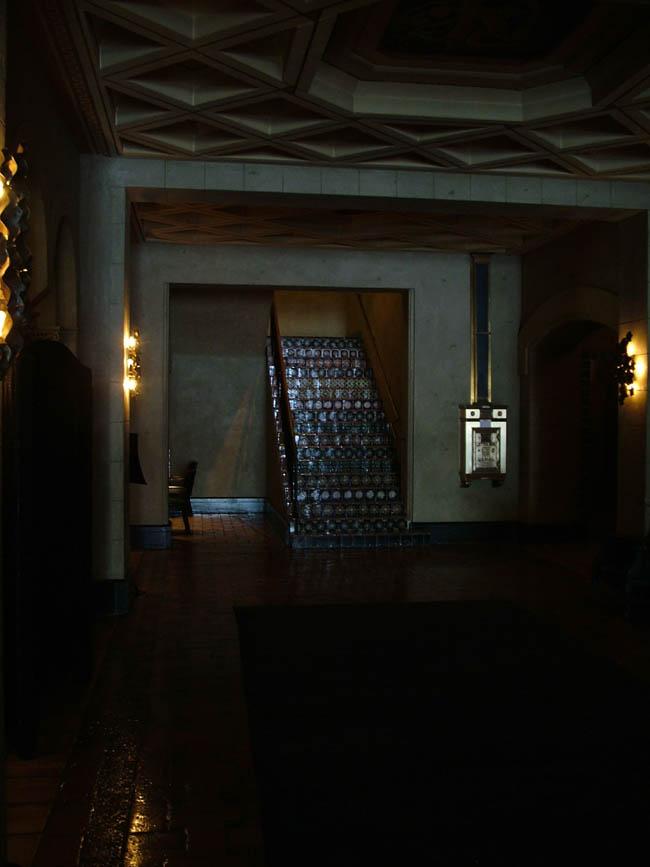 Рузвельт Отель. Лестница в испанском стиле. В холле Рузвельт Отеля действительно густые сумерки. Даже днем. Говорят в танцзале отеля часто танцует призрак Мэрелин Монро, 2 года прожившей в этом отеле.