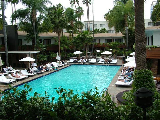 Рузвельт Отель. Бассейн. Вокруг тоже номера отеля. У бассейна раньше стоял трамплин, где прошла первая фотосессия Мэрелин Монро.