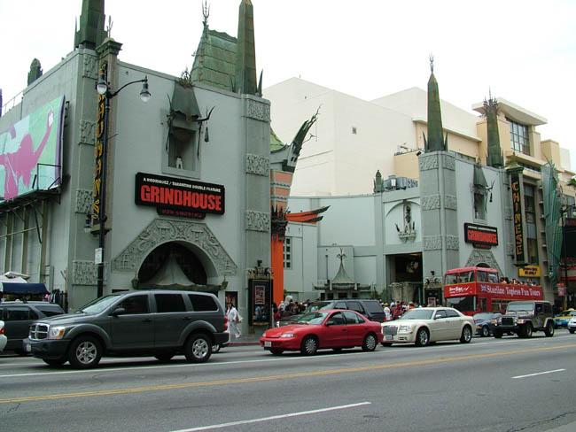 Голливуд - Бульвар Голливуд - Китайский Театр Громана. В нем трижды в 40-х годах проходили церемонии вручения Оскара - премией Американской киноакадемии.