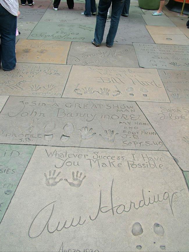 Во дворе Китайского Театра - конкуррент звез Аллеи славы - отпечатки на бетонных плитах ног, рук и автографы звезд.