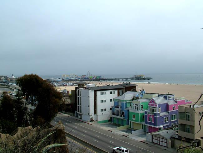 Лос-Анджелес - Санта Моника - вид с бульвара на пляж и виллы (как декорации у Диснея)