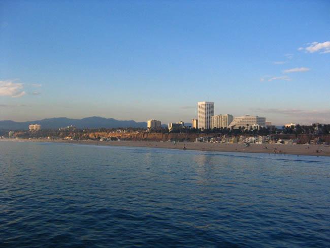 Лос-Анджелес - Санта Моника - вид на город и пляж с океана.