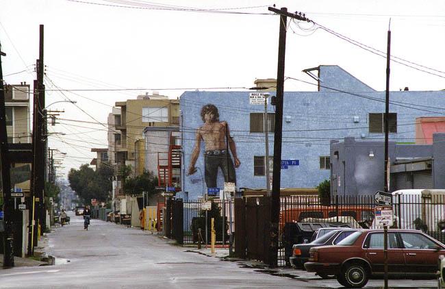 Лос-Анджелес - Одна из улиц района Венеция. Очень дорогое жилье. Все улицы опутаны, как паутиной, электрическими проводами. То же самое во многих районах Сан-Франциско.
