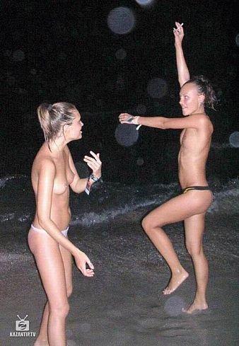 Нудизм в Крыму - Казантип - девушки танцуют (фото : fotoplenka.ru)