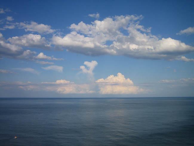Крым - южный берег - вечернее небо и море Алушты
