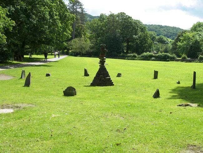 Великобритания (Англия) - Ambleside - старинные памятники у подножья гор
