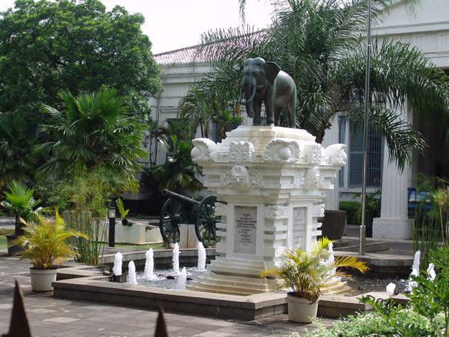 Джакарта, памятник - подарок Вьетнама, фото flickr.com
