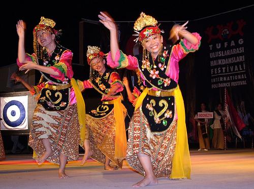 Танец на Бали, национальные костюмы индонезийцев