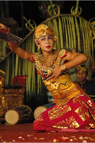 Танец на Бали, национальные костюмы индонезийцев, фото