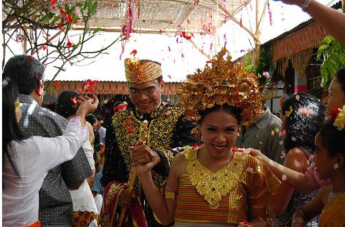 Национальный свадебный костюм в Индонезии, фото