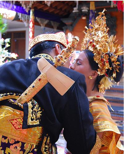 Свадьба на Бали, наряд невесты и жениха, национальные костюмы - фото