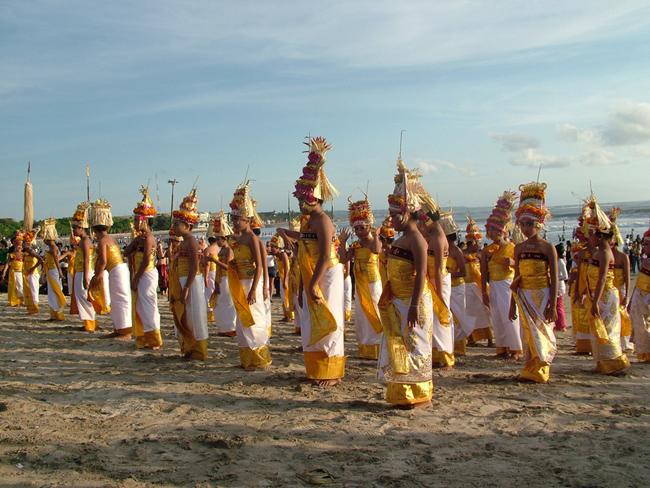 Бали: национальный костюм, девочки