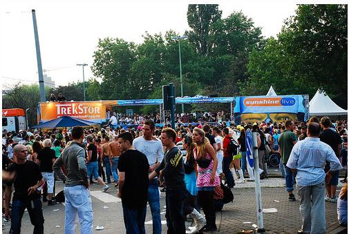 Парад Любви в Берлине - молодеж отдыхает фото flickr.com