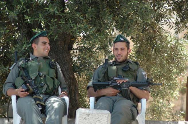 Иерусалим  - солдаты отдыхают в тени дерева