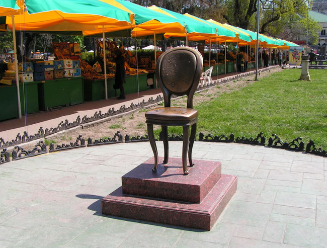 Памятник-стул в Одессе - фото