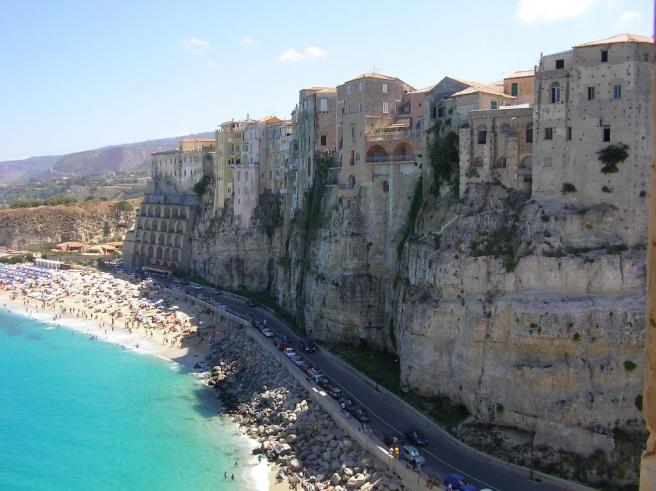 Тропеа - входит в Топ-10 пляжей Италии - фото