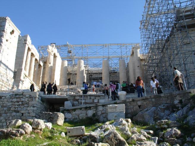 Греция. Пропилейон. Вход в Акрополь. Строился вскоре после постройки Парфенона. Тоже сильно пострадал, поэтому сейчас весь в строительных лесах