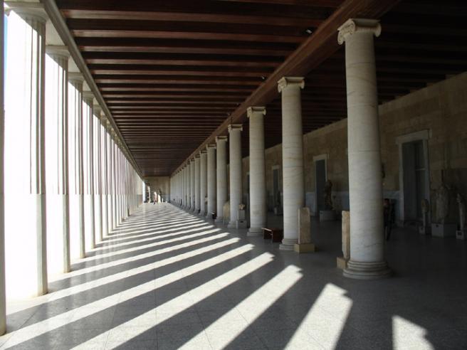 Стоа Аттала. Греция. У подножия Акрополя располагается район под названием Древняя Агора. Агора - это рыночная площадь в городах Древней Греции. В те времена такая площадь была политическим, торговым и общественным центром. Одно из зданий Афинской Агоры - Стоа Аттала. Стоа в греческой архитектуре это длинная галерея. Предполагается, что она была прообразом современных торговых центров.